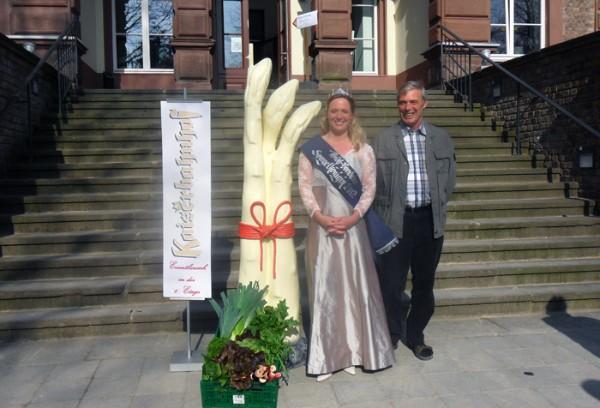 Die Bornheimer Spargelkönigin 2012 bei der Eröffnung der Spargelsaison